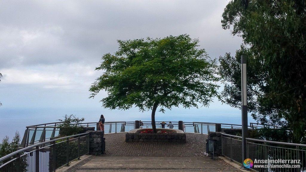 Plaza junto al Miradouro do Cabo Girão - Madeira - Portugal
