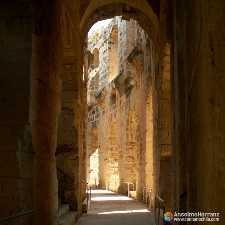 Pasillos interiores del afiteatro de El Djem - Túnez