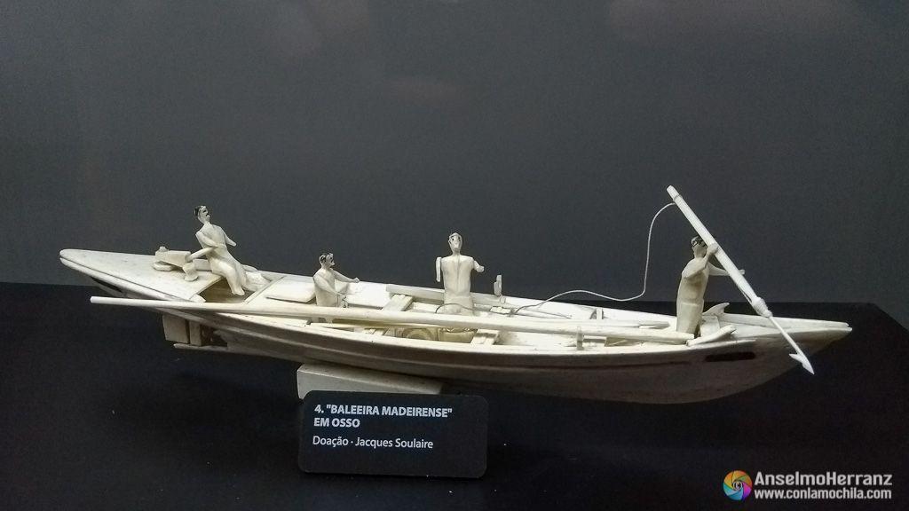 Escema de caza de ballena tallada en hueso de ballena - Museo de la Ballena de Madeira - Caniçal