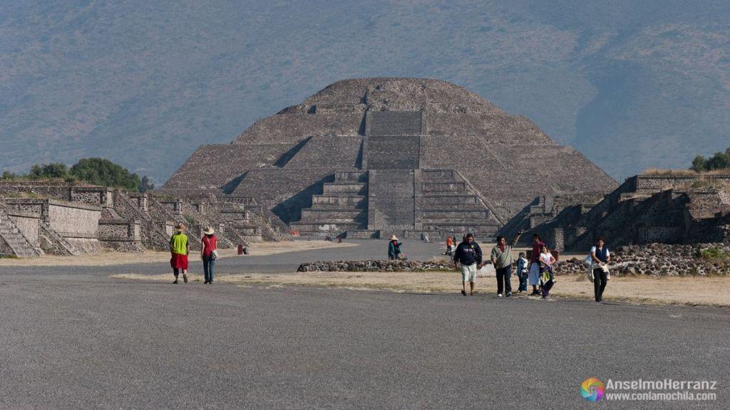Calle de los muertos y Pirámide del Templo de la Luna - Teotihuacán - México