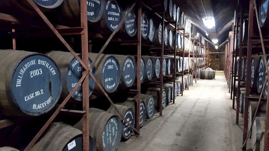 Barricas de whisky en Tullibardine Destillery - Escocia