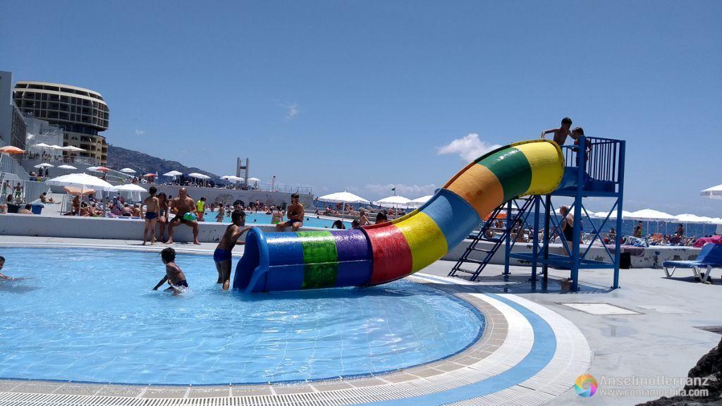 Tobogán de las piscinas infantiles del complejo de baño de Lido - Funchal - Madeira