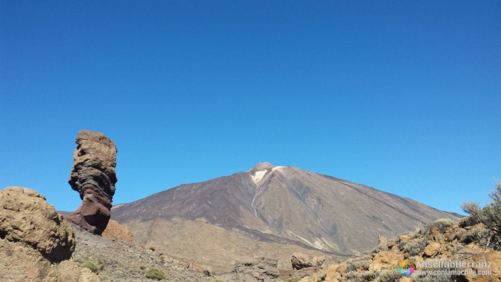Roque Cinchado con el Volcán Teida al fondo - Tenerife