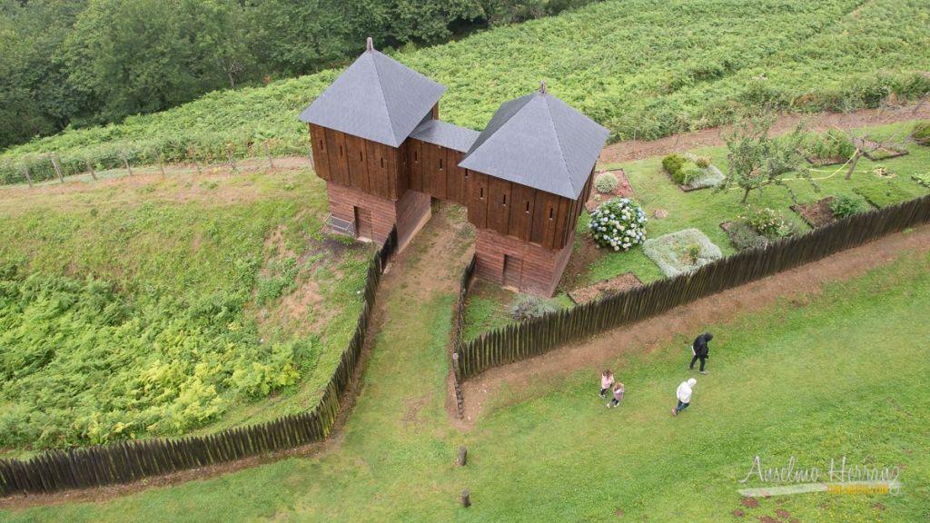 Una de las entradas al recinto del castillo de Mauvezin - Altos Pirineos - Francia