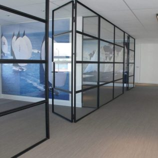 Glazen wand met deuren naar kantoor