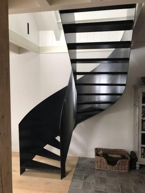 Trap met uitgesnede trapboom zwart staal