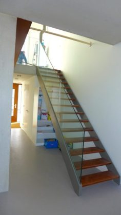 Steektrap met glazen balustrade