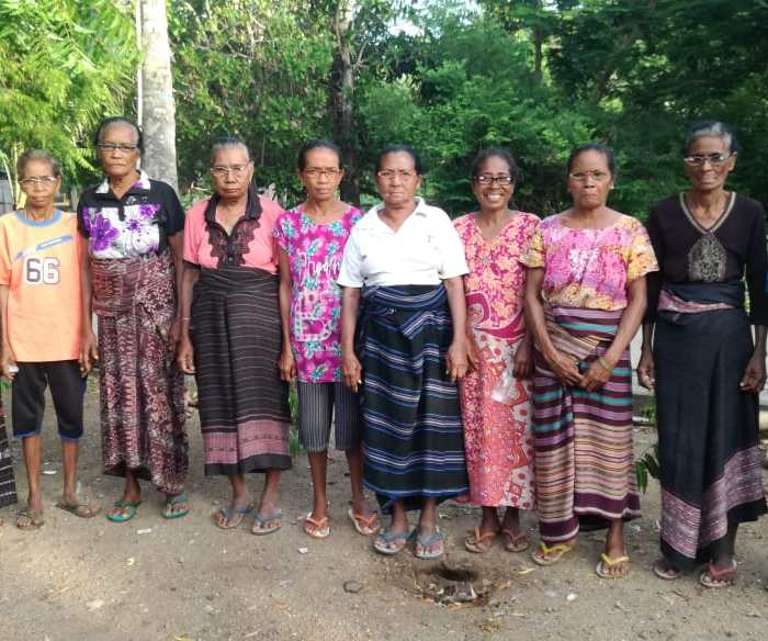 Connect Indonesia distributed reading glasses to weavers in Lamawohong, Solor Island, East Nusa Tenggara