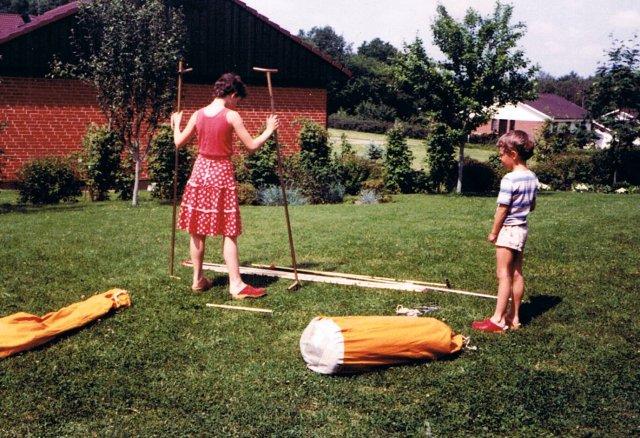 Annelie 1984 och Tomas sätter upp tält 0