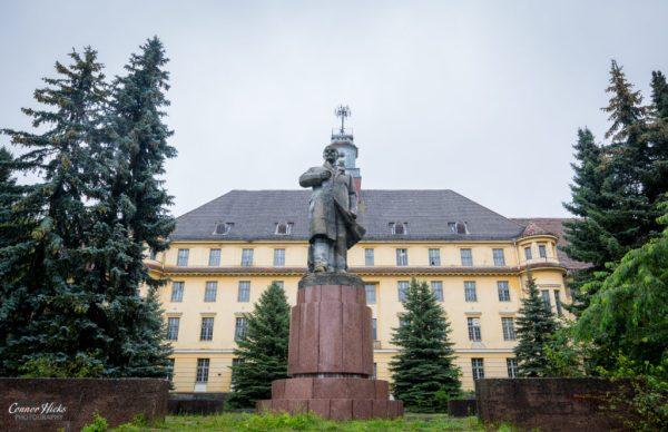 Haus Der Offiziere statue germany urbex