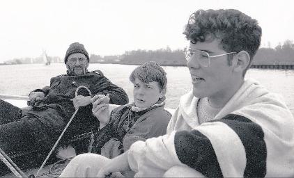 Met Sammy en Henk op zeilkamp. FOTO PRIVÉBEZIT
