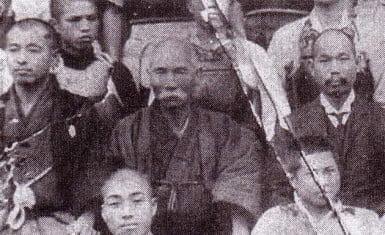 Anko Itosu (centro)