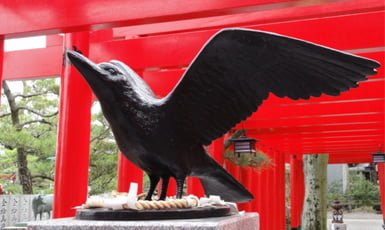 escultura yatagarasu