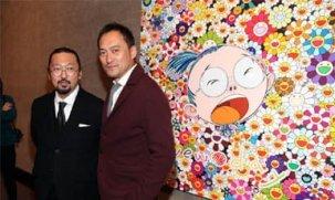 Takashi Murakami frente a uno de sus murales