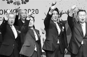 el Primer Ministro Shinzo Abe celebra