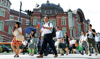 transeúntes en la estación de Tokyo evitando la ola de calor en Japón