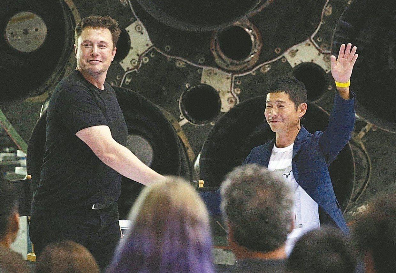 Musk y Maezawa en rueda de prensa
