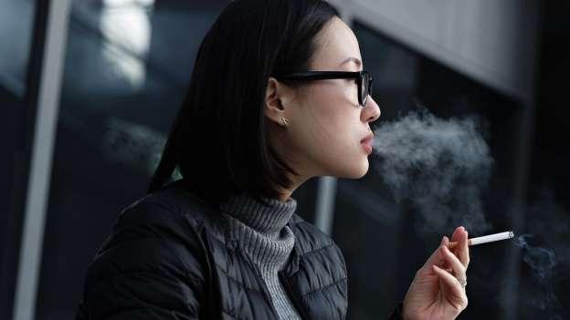 mujer japonesa fumando