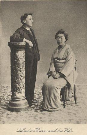 Lafcadio Hearn al lado de Koizumi Setsu, su esposa