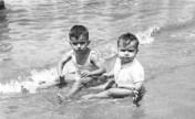 1955. Juan Cabrera y su hermano Tino en La Puntilla. Colección Juan Cabrera