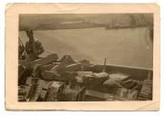 Pepe Santana en un barco danés, las cajas de mercancía contienen muñecas canarias Solneli. 1947.
