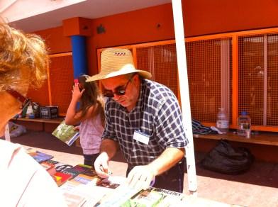 Juan Peña, un vecino muy comprometido con La Isleta, en el puesto de la Tertulia Isletera... fundamental la labor que hacen por el barrio...