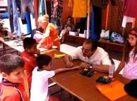 Paco Villanueva, con los chiquillos... un artista haciendo talleres con los más pequeños...