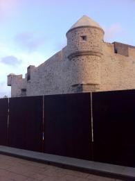 Vista de la valla desde uno de los laterales del parque del Castillo de La Luz