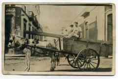 Bartolo en su carro. Calle Sagasta.