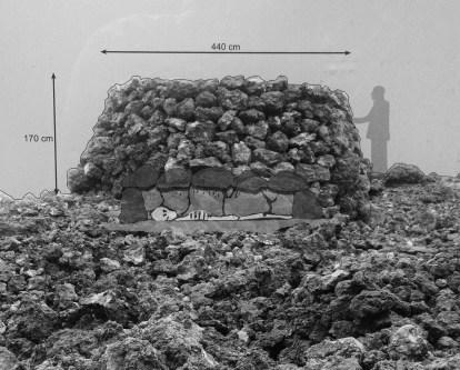 Reconstrucción de un túmulo, se observa la vista con el cuerpo dentro. Foto tomada en el Maipés de Agaete