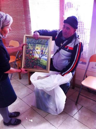 Vecino donando cuadros para el Mercadillo, mil gracias...