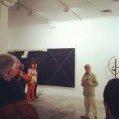Pepe Dámaso explicando una exposición del Centro de Arte la Regenta