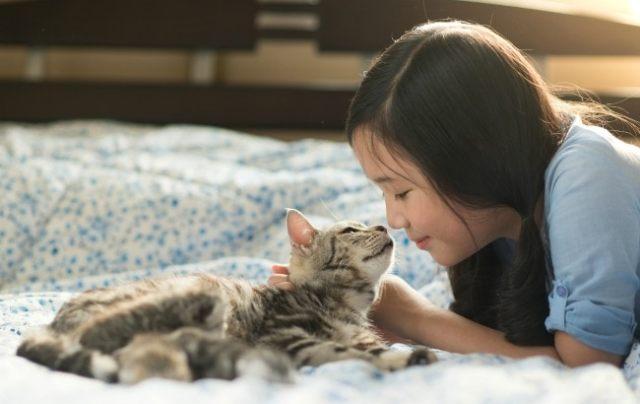 girl-with-kitten