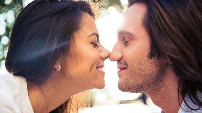 Kissing with eyes open psychology