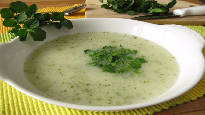 Cream soup with watercress-compressed