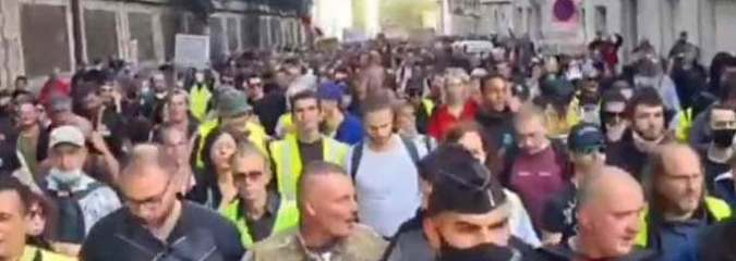 French Police Lay Down Shields Join 100,000 Protesters Marching Against Vaccine Passport