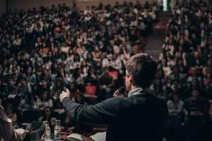 storytelling _ homme qui fait un discours devant la foule