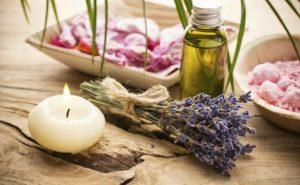 El aceite esencial de Lavanda es una de las pocas esencias (junto con la esencia del árbol del té) que se pueden aplicar en la piel sin diluir en otra sustancia conductora.