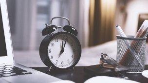 Recomeçar é preciso - Relógio antigo em cima da mesa