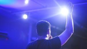 Cuidado com as músicas que são cantadas hoje no meio gospel - Mãos levantadas