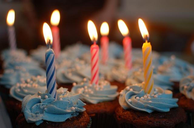 Parabéns amigo - Mensagem de feliz aniversário para o amigo!  Velas coloridas acesas