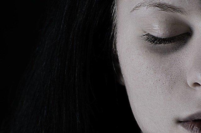 Não Sei o Que Fazer e Agora - imagem da metade do rosto de uma mulher