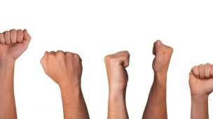 O Coronavírus e a Rebelião dos Cristãos insensatos - Imagem de mãos levantadas de punhos cerrados