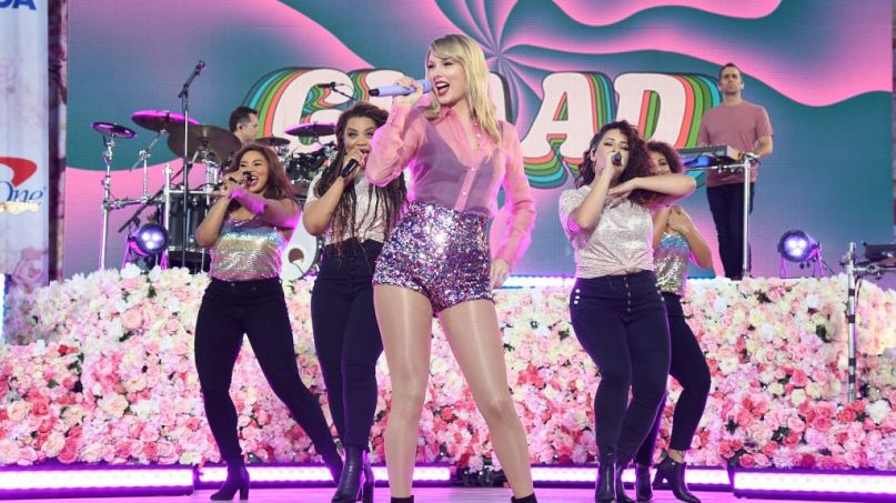 watch taylor swift perform