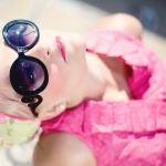 occhiali da sole neri donna bionda
