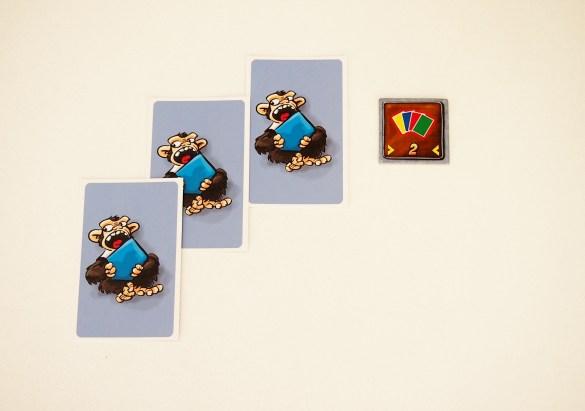 También puede girar una ficha ya conseguida para robar tres cartas. Una ficha girada ofrece menos puntos en el recuento.