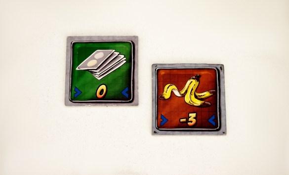 Las fichas de 'Descartar Mano' y 'Piel de Plátano', ofrecen una nueva mano y restan puntos al rival, respectivamente.