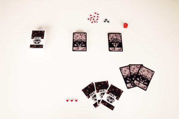 Antes de empezar, se reparten tres vidas, tres cartas de 'Level' y tres de 'Item' a cada jugador.