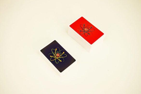 Las cartas de elemento y especiales se colocan en el centro de la mesa. Un turno de un jugador se compone de cuatro fases.