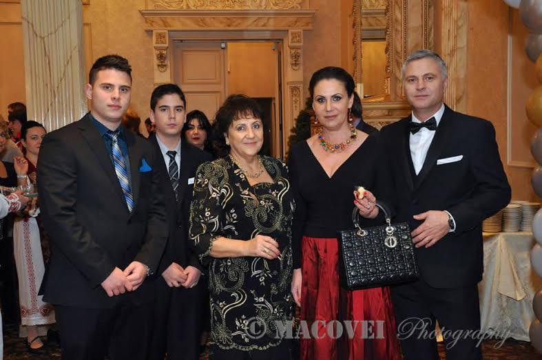 Antonella Marinescu împreună cu familia (în centru Paraschiva Barbu)